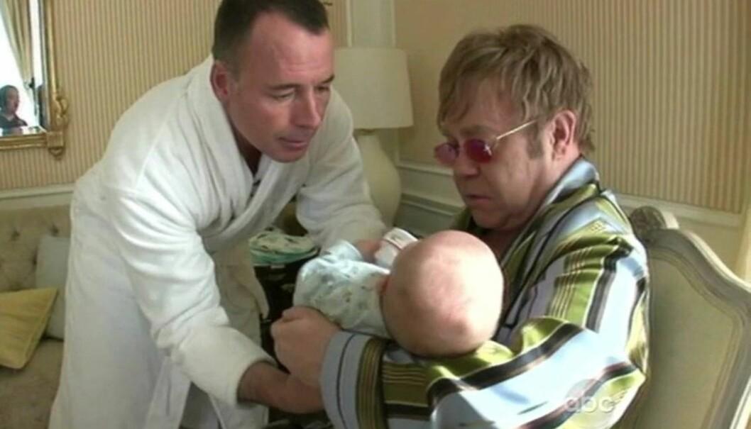 <strong>NY ROLLE:</strong> Sir Elton John (t.h.) og hans ektemann Davdi Furnish stortrives som småbarnsfedre, etter at de i desember fikk sønnen Zachary ved hjelp av en surrogatmor. Foto: All Over Press