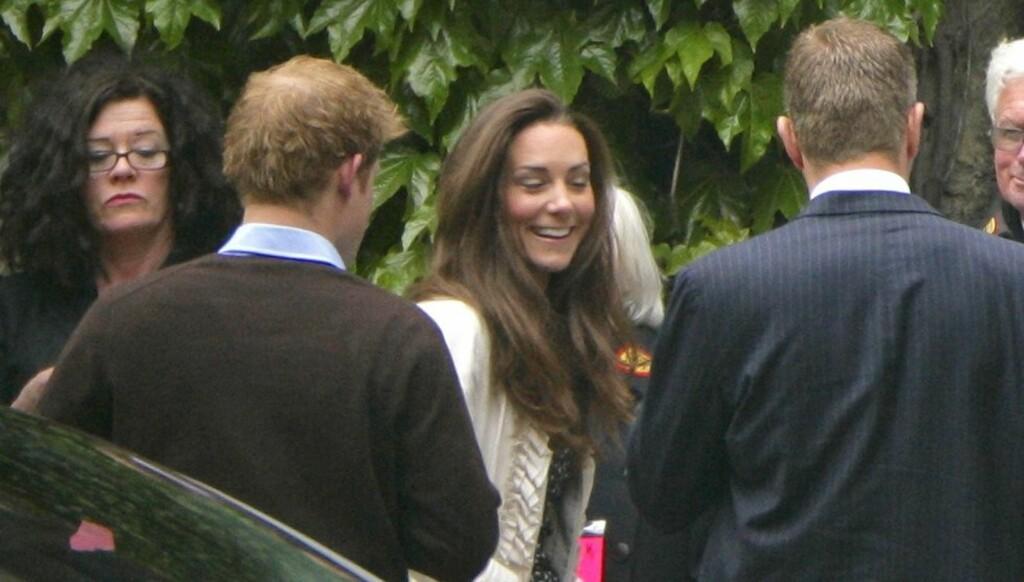 SMILER OG LER: Kate Middleton var i svært godt humør da hun torsdag kom til Westminster Abbey for den siste gjennomgangen før bryllupet. Prins Harry var også med i kirken.  Foto: All Over Press