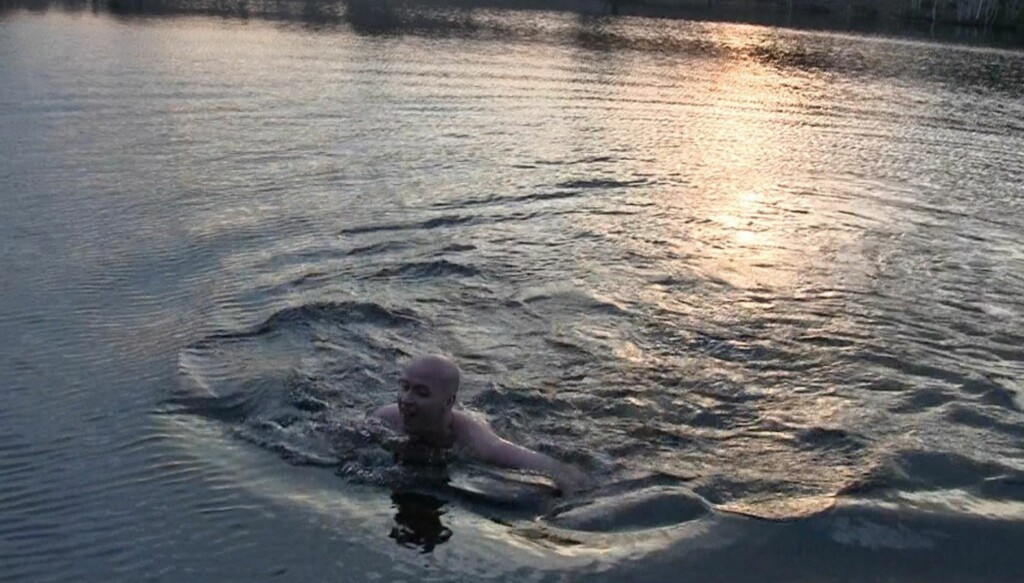KALD FORNØYELSE: Terje Sporsem måtte ut å svømme i det iskalde vårvannet i Nordmarka for å være speiderskjerfet verdig. Foto: Flykninghjelpen