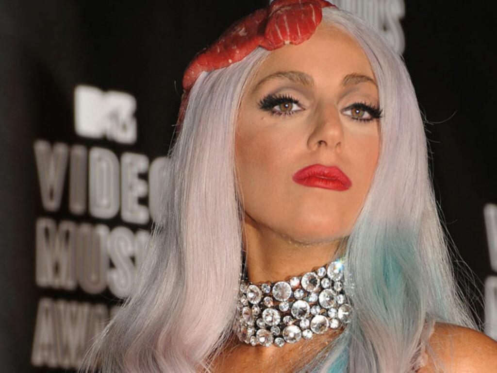 EKSENTRISK: Popartsiten Lady Gaga er blitt et moteikon så vel som et popikon med sine kompromissløse antrekk. Nå er imidlertid en av hennes mange fans pågrepet for å ha drept katten sin - for å lage seg et «passende» konsertantrekk...  Foto: Stella  Pictures