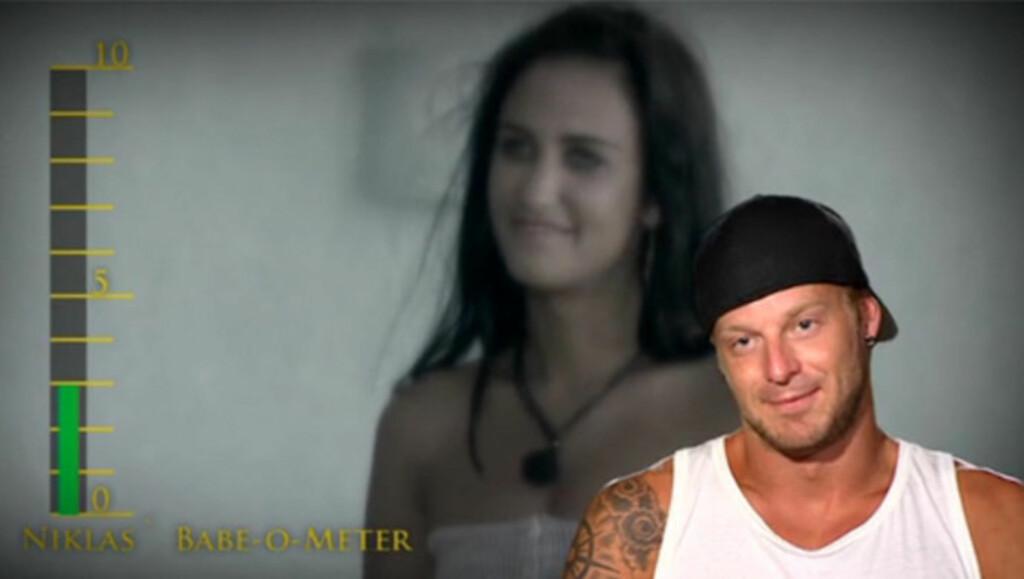 GA LAV KARAKTER: Niklas Vindel blir filmet mens han deler ut lav karakter til nykommer Anne i mandagens episode av «Paradise Hotel. Foto: TV3