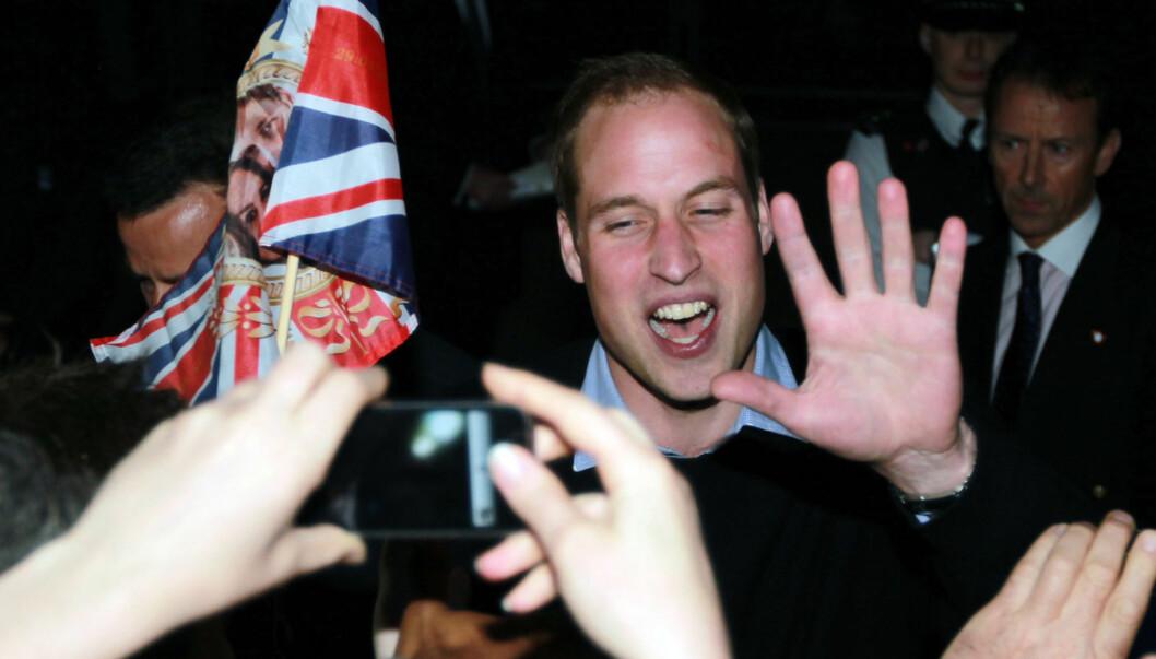 SVÆRT POPULÆR: Prins William nøyde seg ikke med å ta det rolig dagen før det store bryllupet. På kvelden tok han turen ut for å møte sine største fans.  Foto: All Over Press