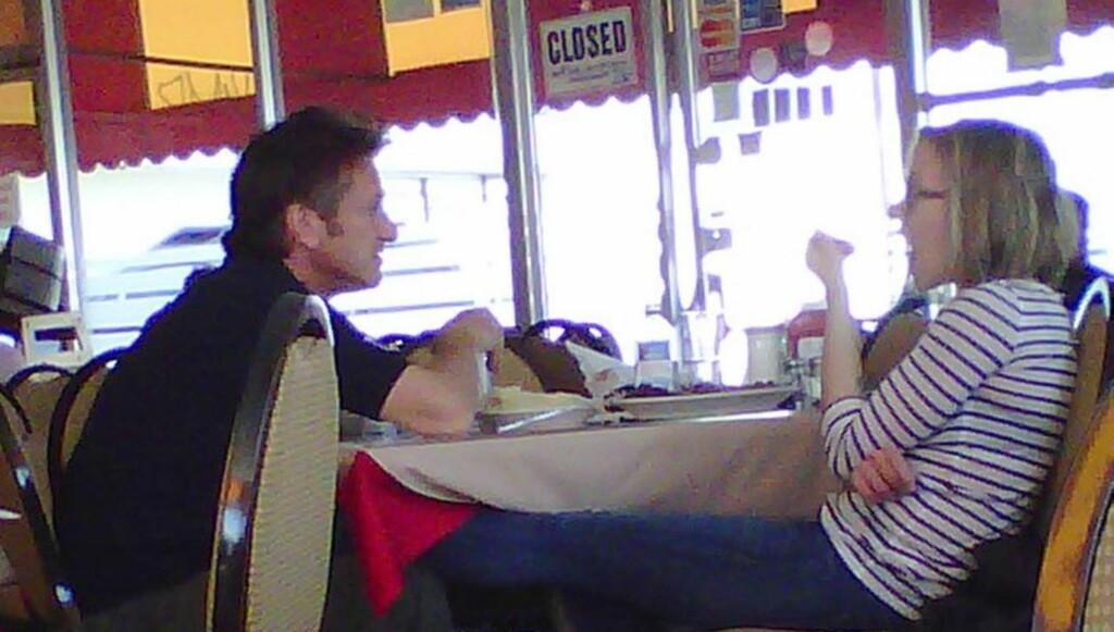 SJELDEN VARE: Scarlett Johansson og Sean Penn har svært sjelden blitt avbildet sammmen. Dette bildet, der Scarlett hviler benet sitt på Sean under et besøk på en cubansk restaurant i Los Angeles, hører til unntakene. Foto: All Over Press