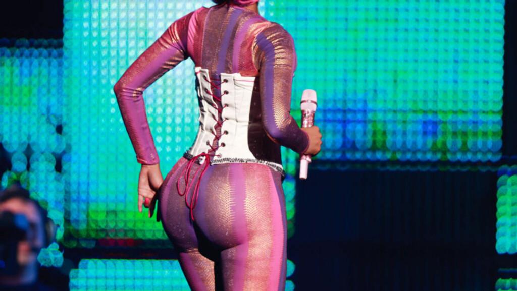 FORMFULL: Rapper Nicki Minaj viste gladelig frem sitt imponerende bakparti på konserten i Orlando, Florida denne uken. Hun avviser imidlertid alle rykter om at rumpa hennes umulig kan være ekte vare...   Foto: All Over Press