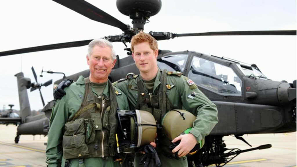 FLYVENDE FAR OG SØNN: Prins Charles av Wales og sønnen prins Harry avbildet foran et kamphelikopter av typen Apache. Prins Harry er nå sertifisert pilot for det avanserte militærhelikopteret.   Foto: All Over Press