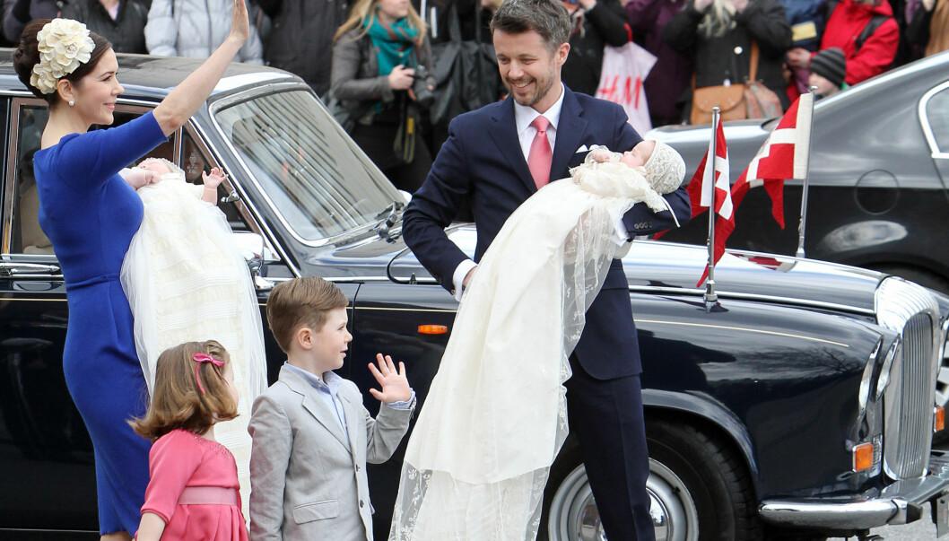 FESTET VIDERE: Etter dåpsfesten forlot kronprins Frederik, kona Mary og deres fire barn prins Christian, prinsesse Isabella, prins Vincent og prinsesse Josephine for å feste videre.  Foto: Stella Pictures