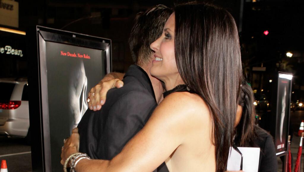 SMIL, DU ER PÅ KAMERA: Courteney Cox ble svært anstrengt da hun ga eksmannen David Arquette en klem på den røde løperen.  Foto: All Over Press