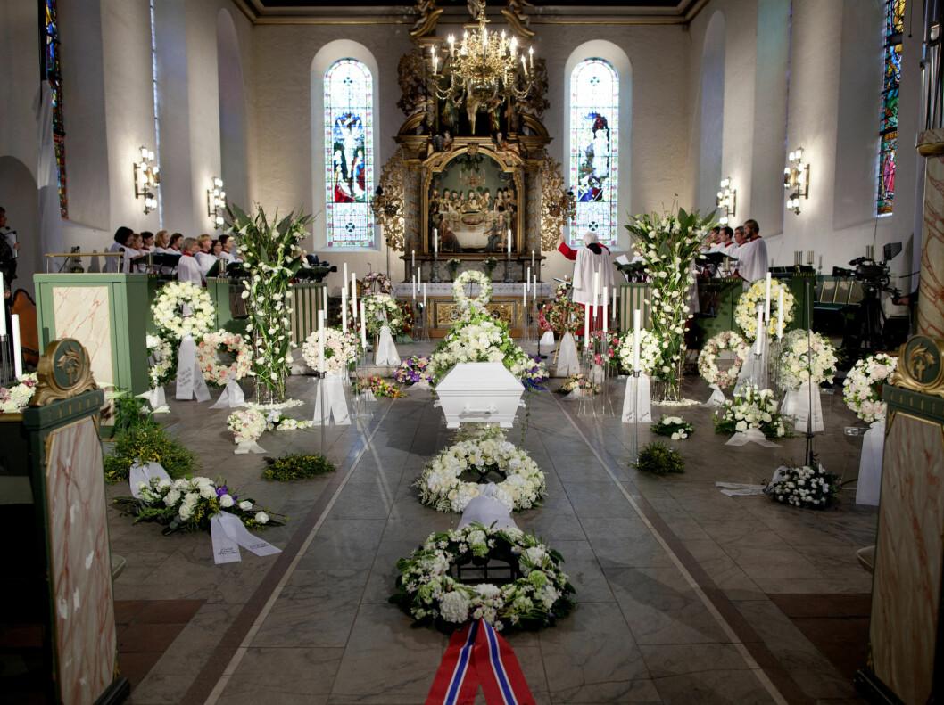 KISTEN: Båren omgitt av blomster før Wenche Foss sin bisettelse i Oslo Domkirke mandag.  Foto: Scanpix
