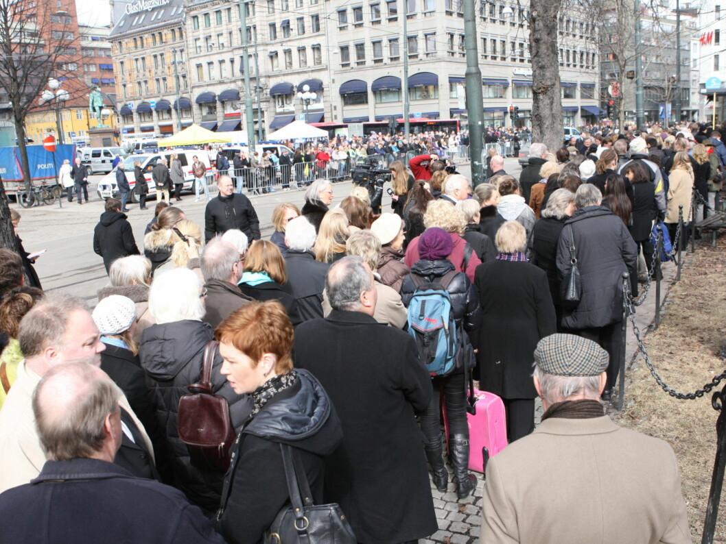 FOLKEHAV: Publikum strømmer til bisettelsen. Foto: Per Ervland/Seher.no