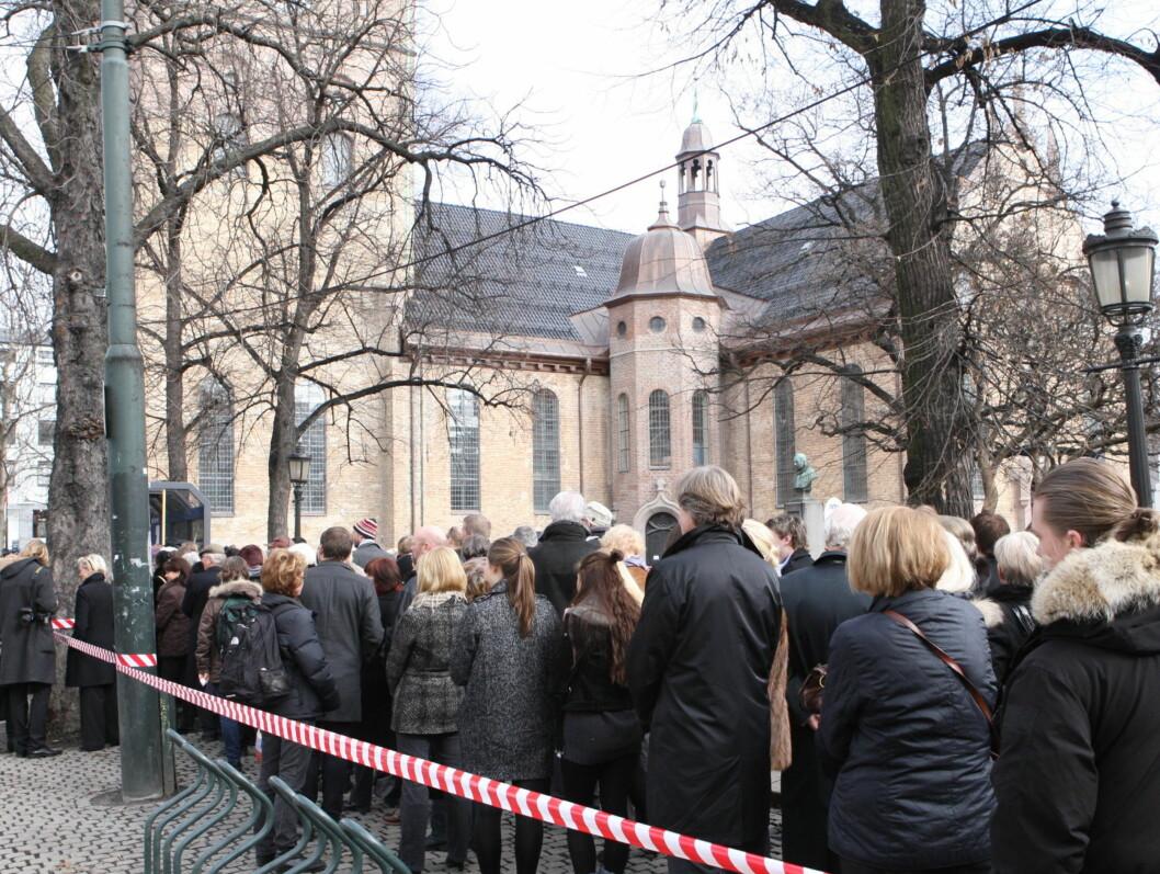 LANG KØ: Flere begynte å stille seg i kø allerede mandag morgen for å slippe inn i Oslo domkirke.  Foto: Per Ervland/Seher.no