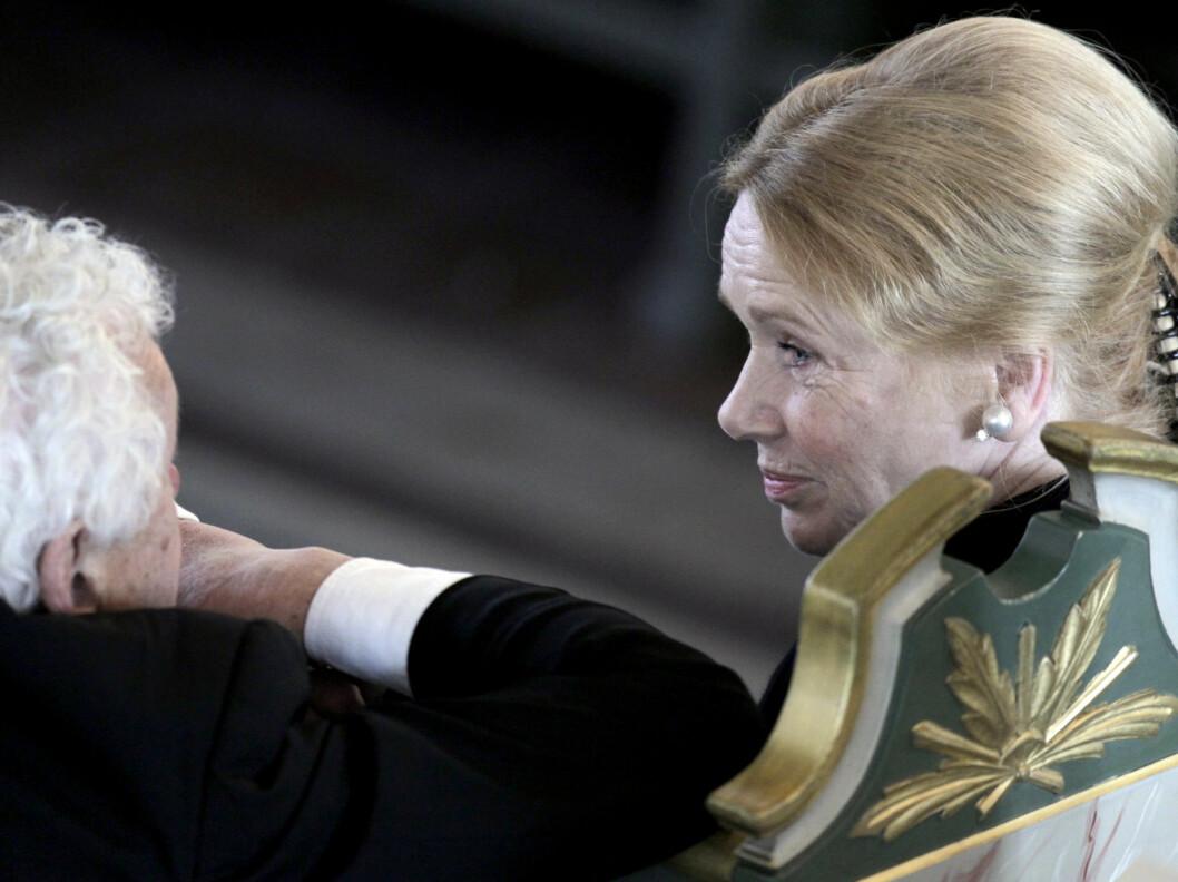 DYP SAMTALE: Liv Ullmann i samtale med Toaralv Maurstad før Wenche Foss sin bisettelse i Oslo Domkirke mandag.  Foto: Scanpix
