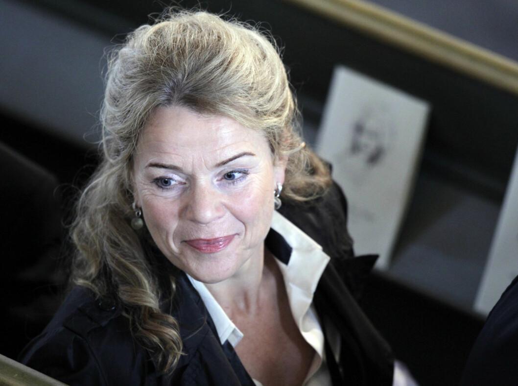 I KIRKEN: Toralv Maurstads kone Beate Eriksen er blant de fremmøtte i Wenche Foss sin bisettelse. Foto: Scanpix