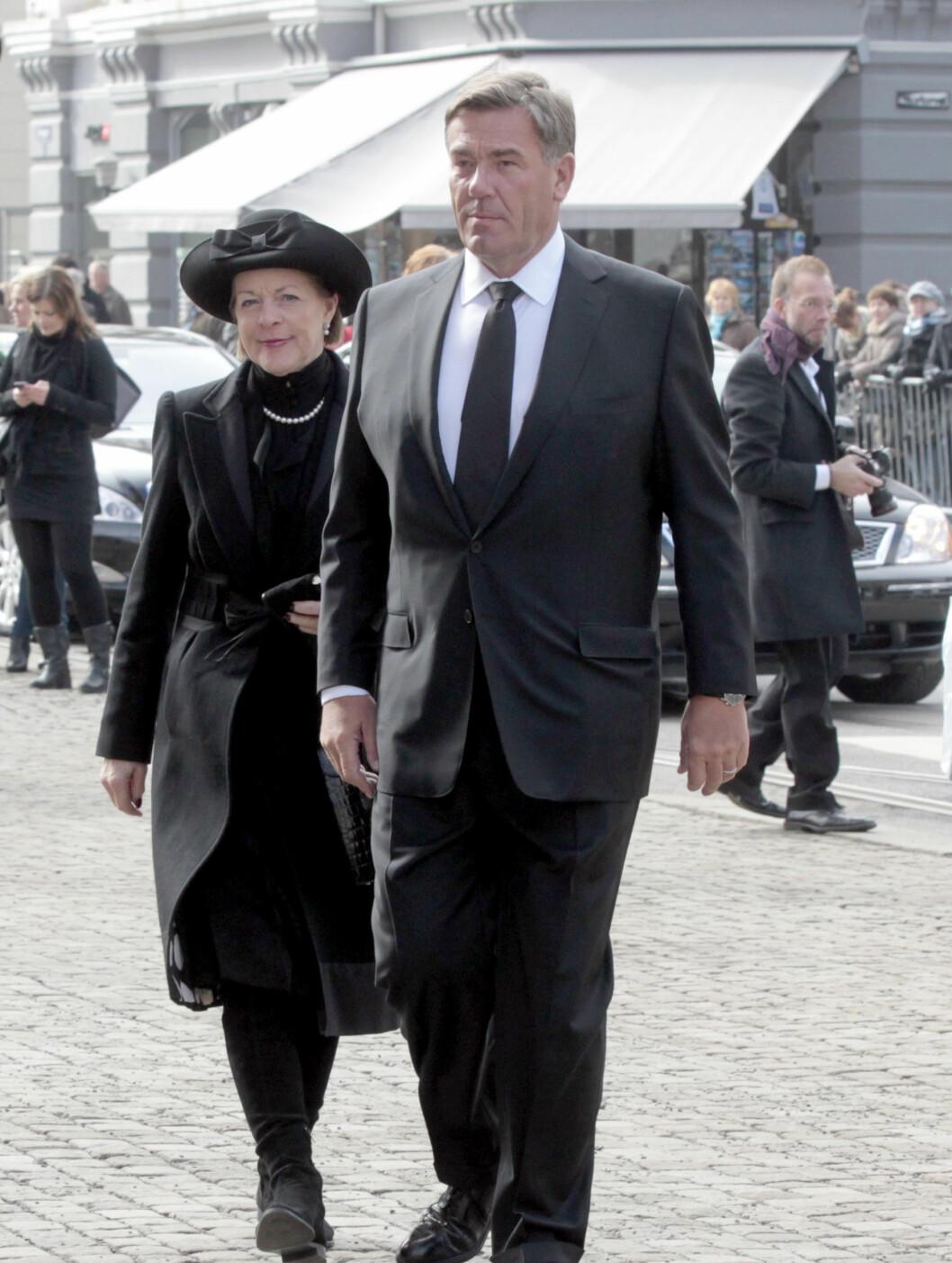 KLEDD I SORT: Stein Erik Hagen og Mille Marie Treschow ankommer Wenche Foss sin bisettelse. Foto: Scanpix