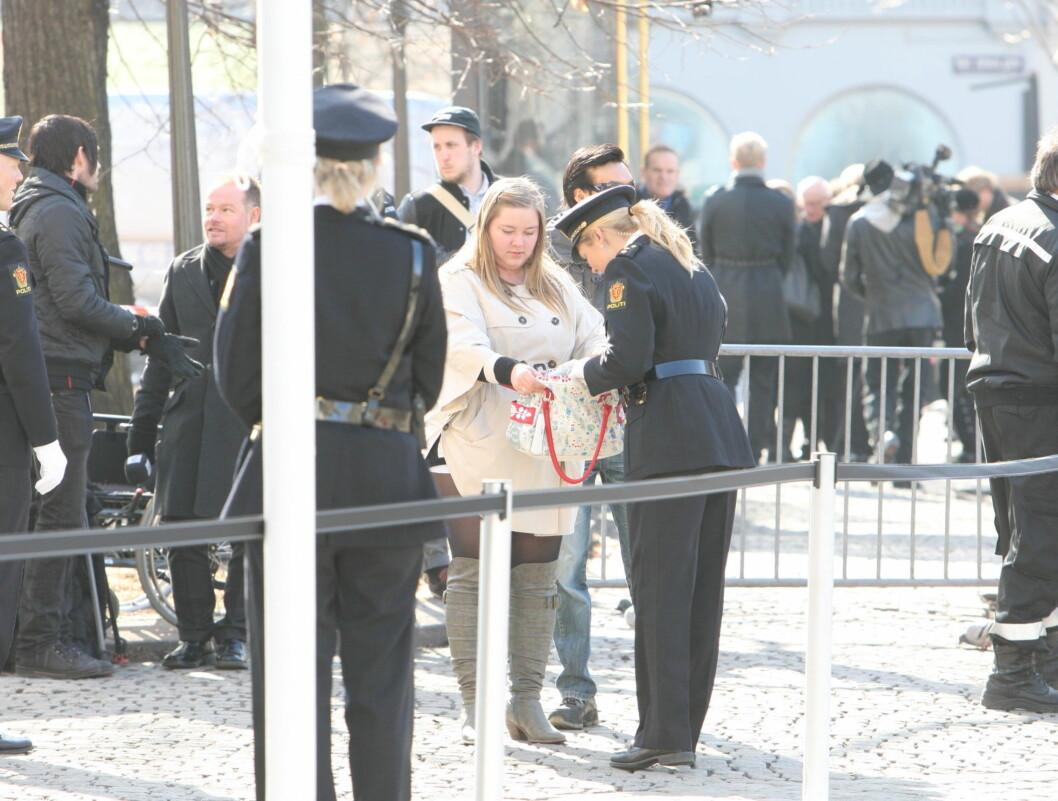 RANSAKES: Alle som skulle inn i kirken ble ransaket. Foto: Per Ervland/Seher.no