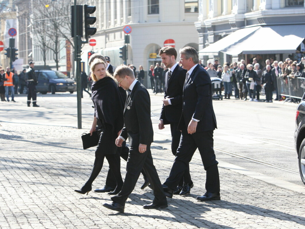 FAMILIEN STANG: Fabian Stang og familien ankommer kirken. Foto: Per Ervland/Seher.no