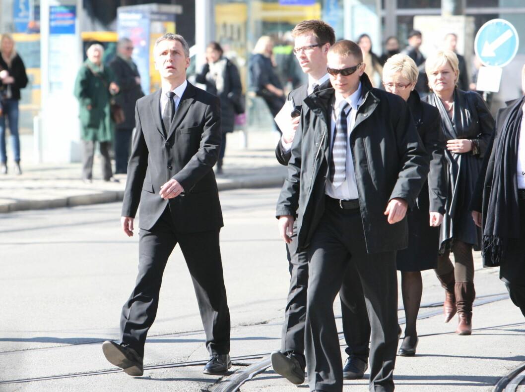 KOM GÅENDE: Jens Stoltenberg og regjeringsmedlemmene kom gående til bisettelsen til Wenche Foss.  Foto: Per Ervland/Seher.no