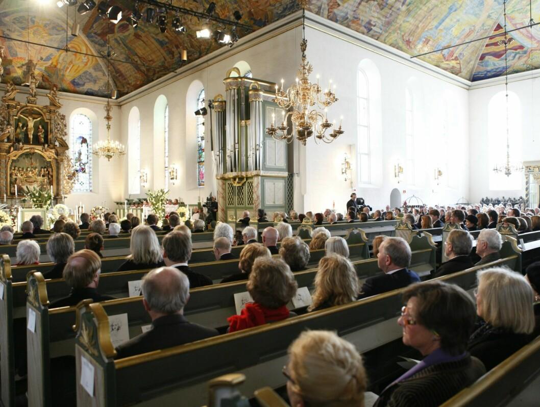 FULLSATT: Fullsatte benker under Wenche Foss sin bisettelse i Oslo Domkirke mandag. Foto: Scanpix