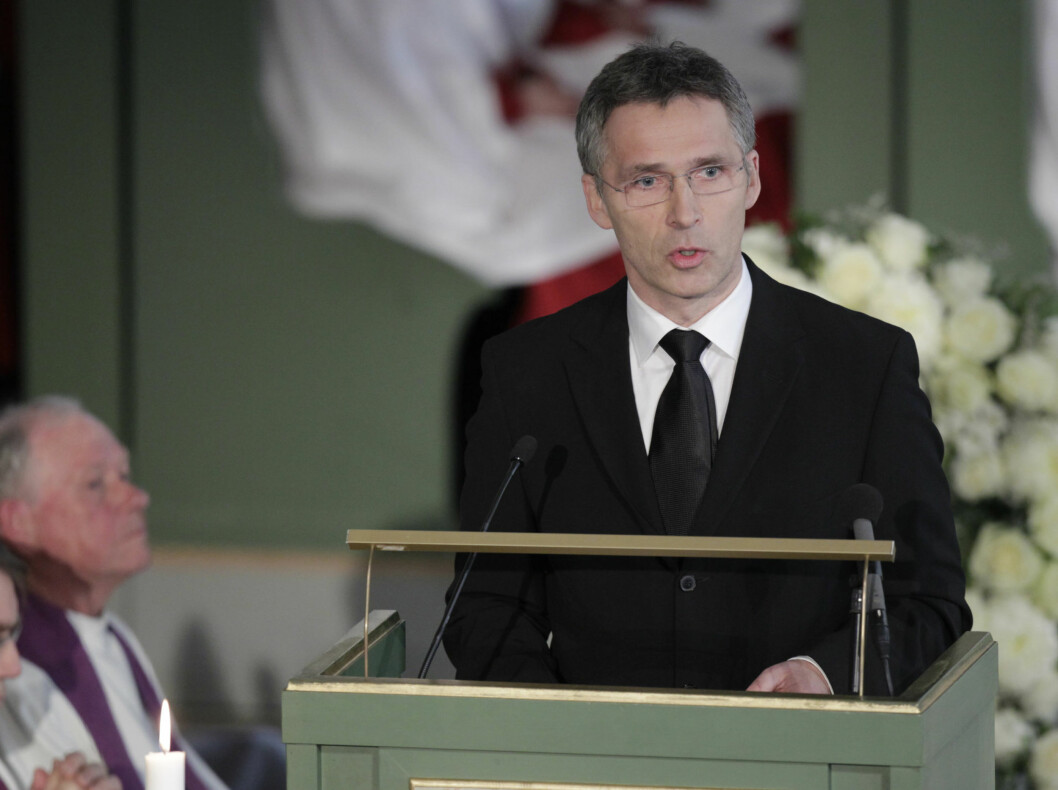 TALTE: Statsminister Jens Stoltenberg holder minnetale under Wenche Foss sin bisettelse i Oslo Domkirke mandag. Foto: Scanpix
