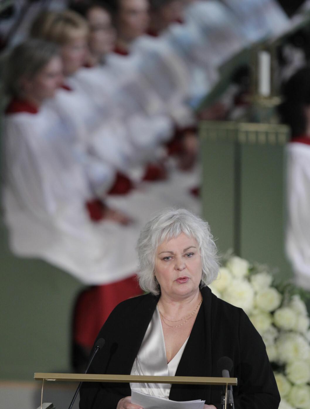 MINNEORD FRA TEATERET: Ellen Horn snakket om Wenche Foss sitt bidrag på Nationaltheatret i sin minnetale. Foto: Scanpix