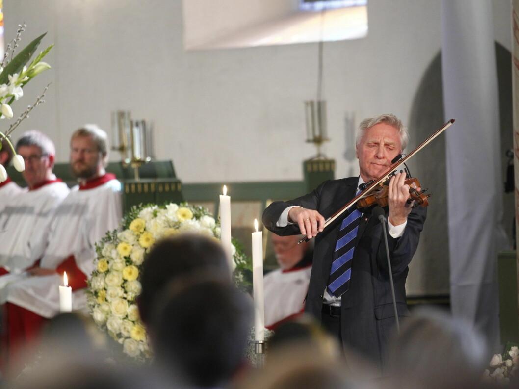 SPILTE: Arve Tellefsen spilte «En moders bønn» av Ole Bull i bisettelsen, etter Wenche Foss sitt eget ønske.  Foto: Scanpix