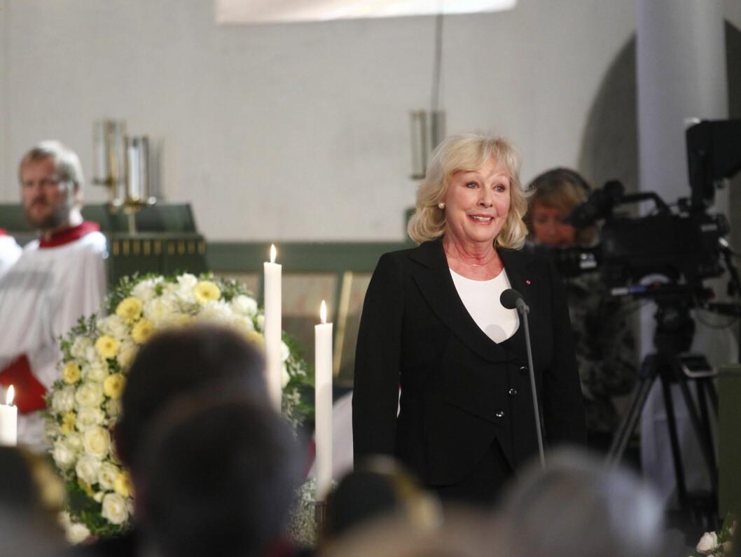 LESTE DIKT: Lise Fjeldstad leser dikt under Wenche Foss sin bisettelse. Foto: Scanpix