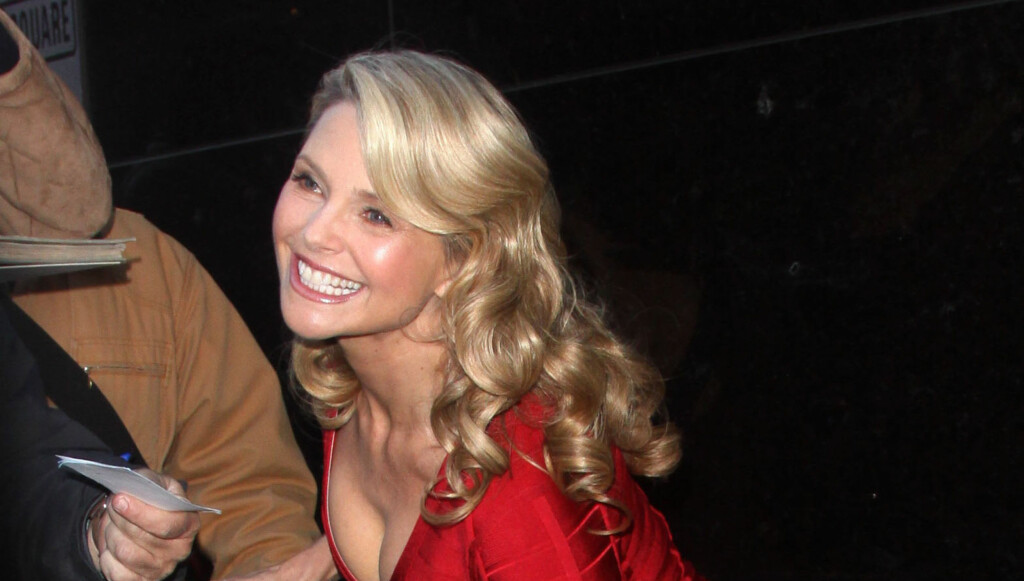 SEXY: Christie Brinkley poserer sexy foran fotografene utenfor «Good Morning America» i New York. Foto: Stella Pictures
