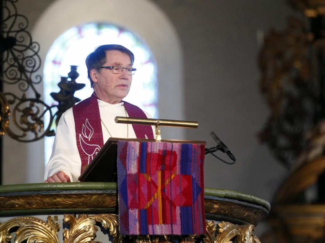 ALTERNATIV BØNN: Gunnar Stålsett hadde en alternativ bønn i Wenche Foss sin ånd under bisettelsen.  Foto: Scanpix