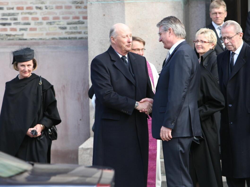KONDOLERTE: Kong Harald tar Fabian Stang i hånden etter kirken. Foto: Per Ervland/Seher.no