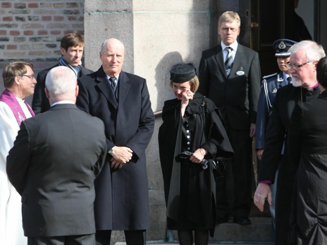 RØRT: Dronning Sonja tørker tårene etter bisettelsen. Foto: Per Ervland/Seher.no