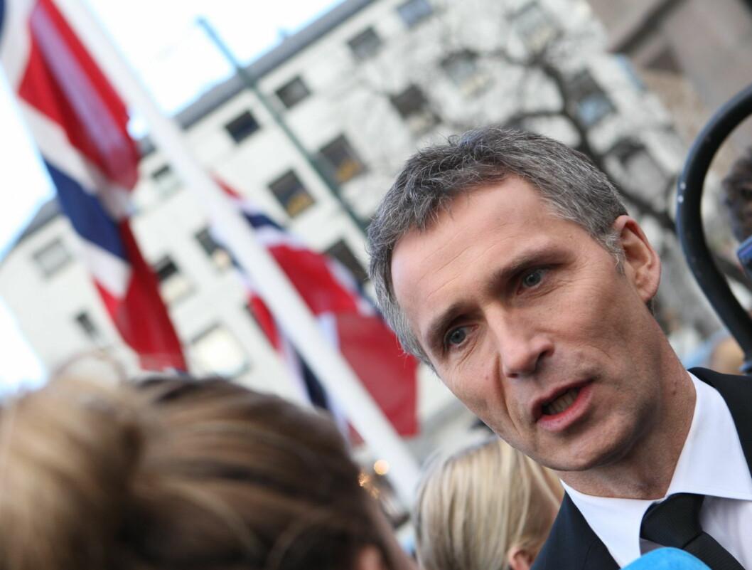 TALTE: Jens Stoltenberg snakker med pressen etter bisettelsen. Foto: Per Ervland/Seher.no