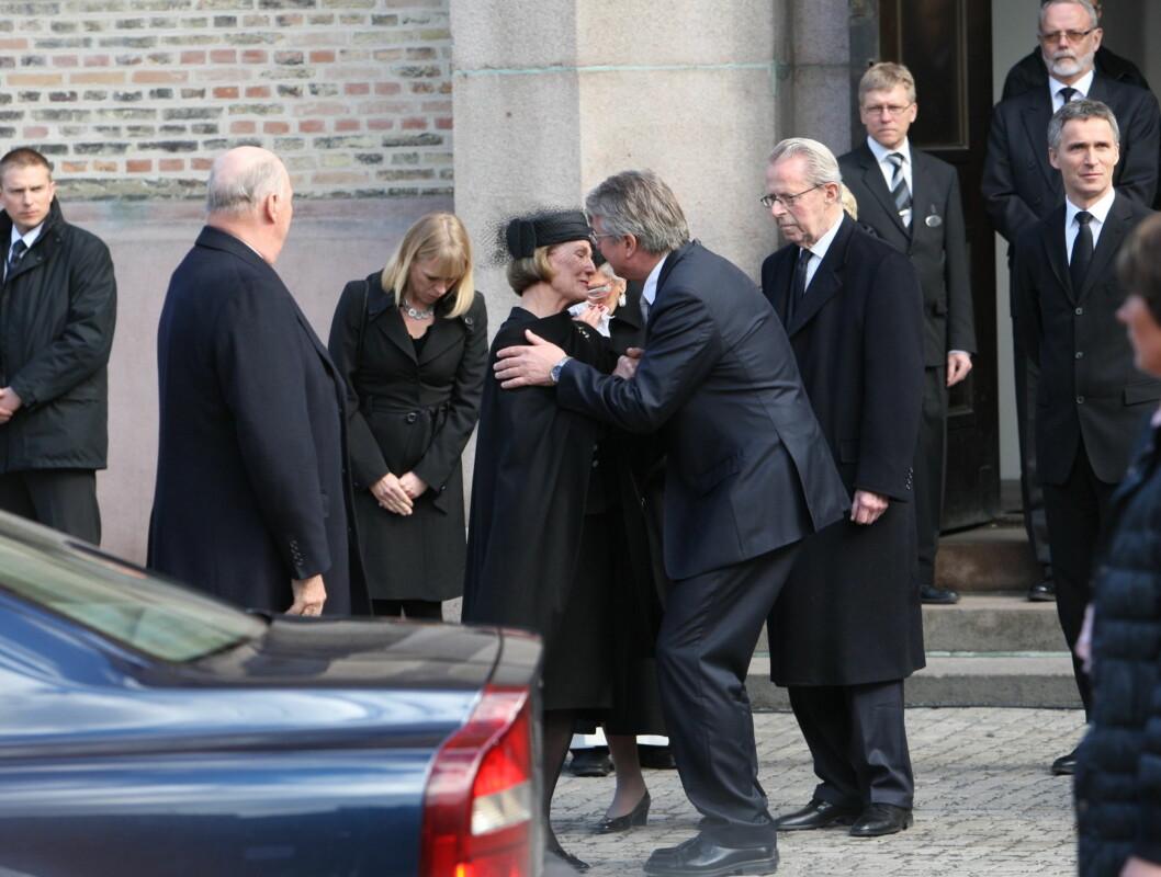OPPLØST I TÅRER: Dronning Sonja var sterkt preget da hun snakket med Fabian Stang etterpå. Foto: Per Ervland/Seher.no