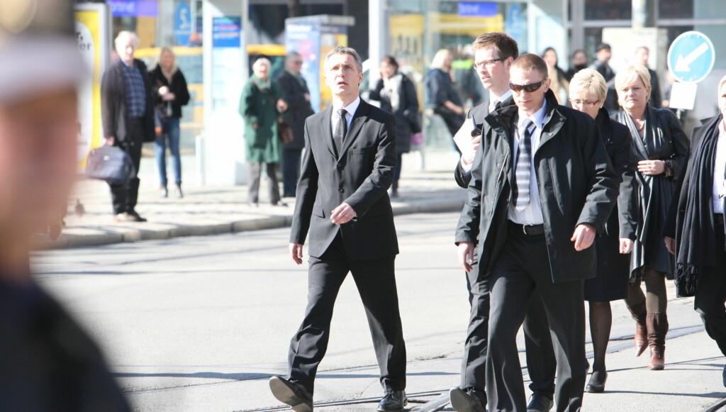 KOM GÅENDE: Regjeringens medlemmer med statsminister Jens Stoltenberg i spissen kom gående langt trikkeskinnene på vei til bisettelsen av Wenche Foss.  Foto: Per Ervland/Seher.no