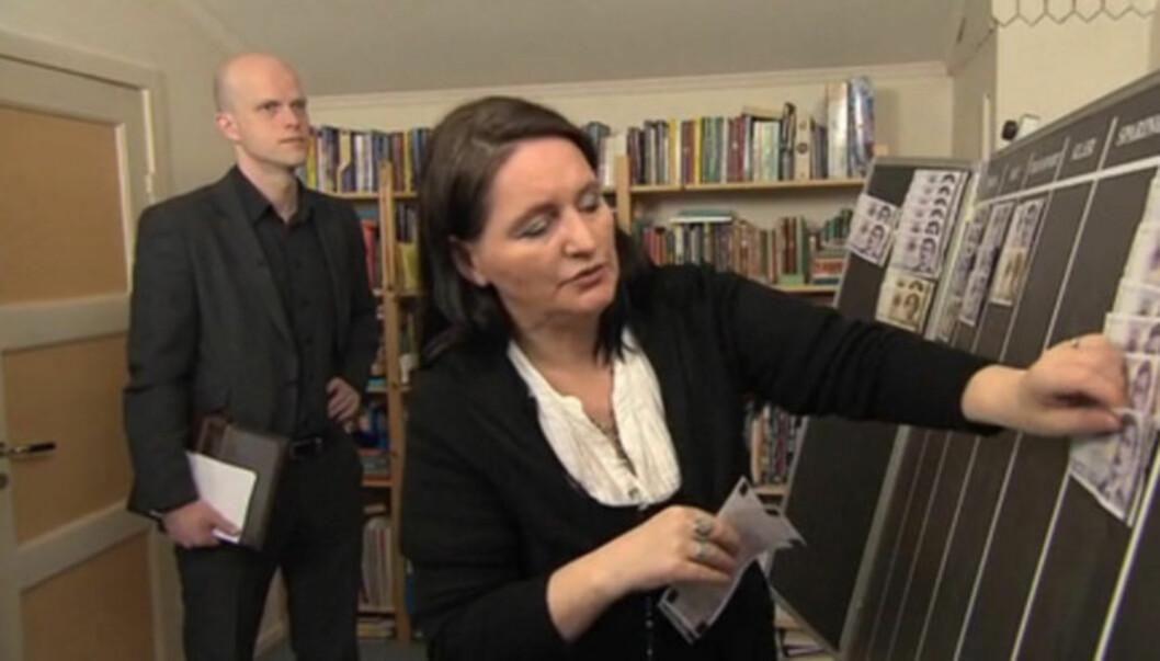 <strong>BLE OVERRASKET:</strong> Renate Hegerland fra Nesøya fikk seg en ubehagelig overraskelse da hun fikk vite av «Luksusfellen»-rådgiver Hallgeir Kvadsheim (i bakgrunnen) at gjelda hennes var større enn hun trodde. Nå er imidlertid økonomien på rett vei, iføl Foto: TV3
