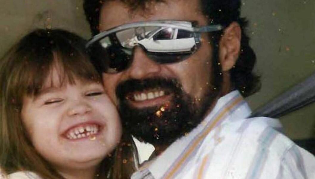 <strong>SNAKKER UT:</strong> Skuespiller og sanger Demi Lovato (18) hevder hun har slitt med spiseforstyrrelser siden hun var åtte år gammel. Her er hun som barn sammen med sin far Patrick. Foto: All Over Press