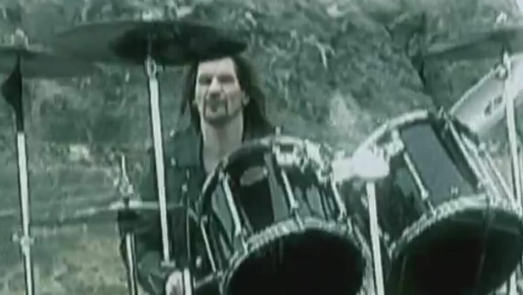 <strong>TALENTFULL:</strong> Scott Columbus var trommis i heavy metal-bandet Manowar i to lange perioder.  Hans tidligere bandkamerater er i dyp sorg over 54-åringens bortgang mandag. Her avbildet i musikkvideoen til «Warriors of The World». Foto: YouTube