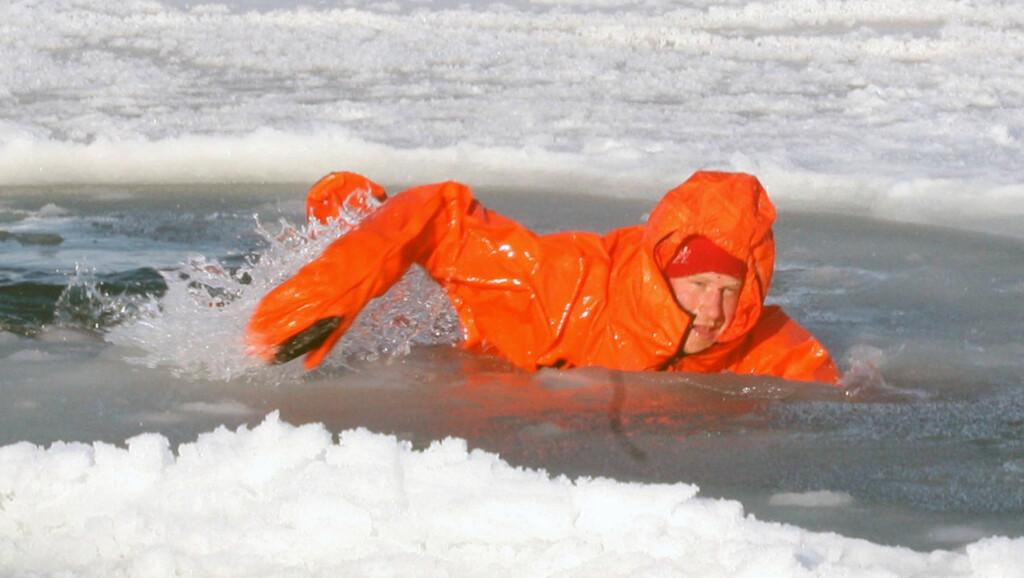 ISKALD SVØMMETUR: Prins Harry bader ikke akkurat i luksus før brorens bryllup. Her prøver han ut overlvelsesdrakten i isvannet på Svalbard.  Foto: All Over Press