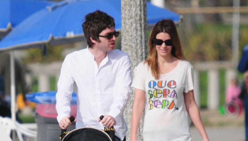 LYKKELIG FAMILIEMANN: Noel Gallagher stortrives i rollen som småbarnspappa. Her han og forloveden på trilletur med sønnen Donovan Rory i 2008. Foto: All Over Press