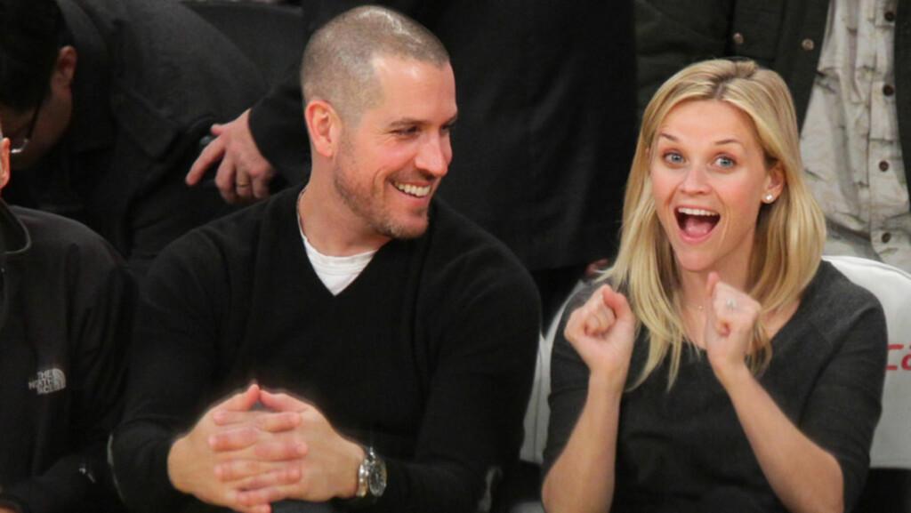 UHØYTIDELIG: Reese Witherspoon og Jim Toth sørget for å holde bryllupet på et avslappet og noe utradisjonelt nivå - kanskje for å matche deres lystige personligheter? Her er det lattermilde paret avbildet på en basketballkamp i januar.  Foto: All Over Press