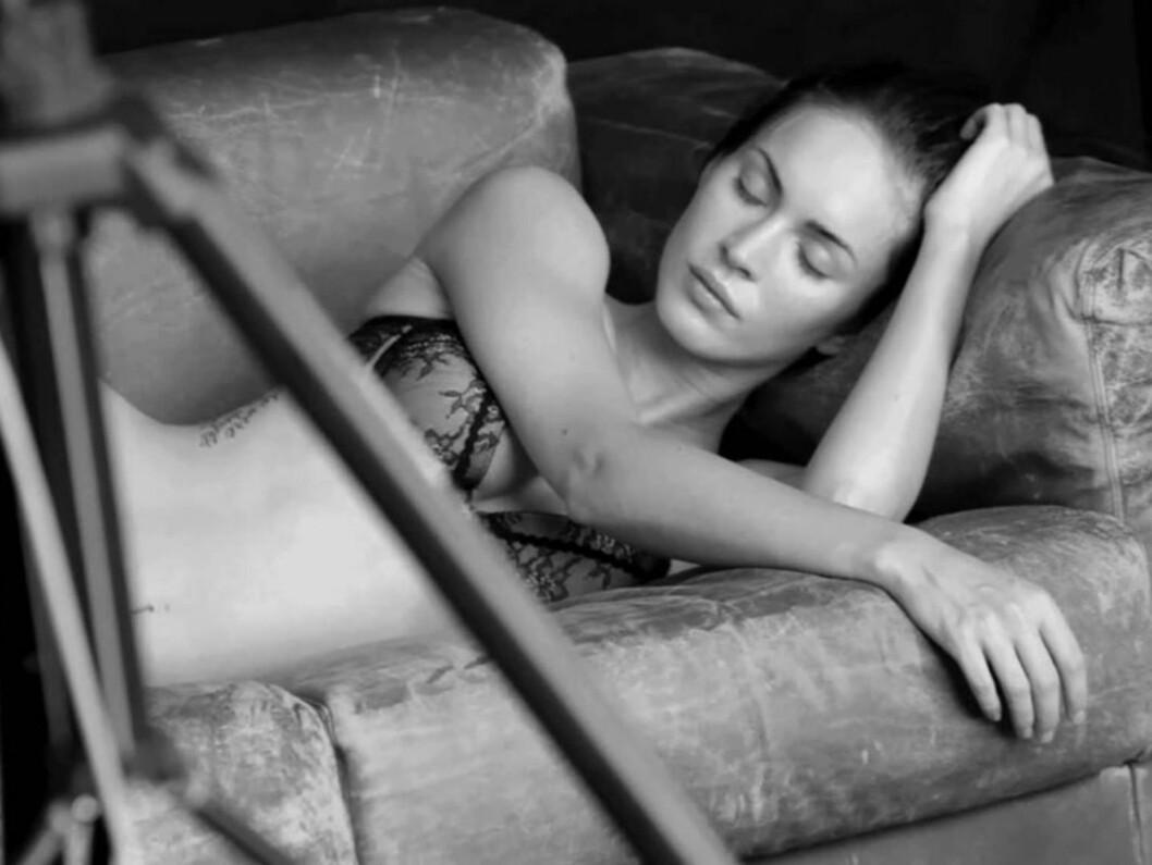 <strong>BACKSTAGE:</strong> Megan Fox slapper av mellom poseringene for Armani. Foto: Stella Pictures