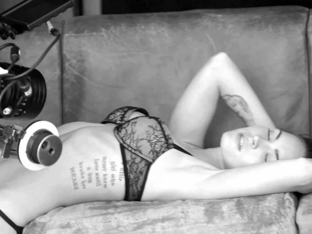 <strong>VISTE TATOVERINGENE:</strong> Megan Fox er tilhenger å tatovere seg og viser her frem noe av sin kroppskunst. Foto: Stella Pictures