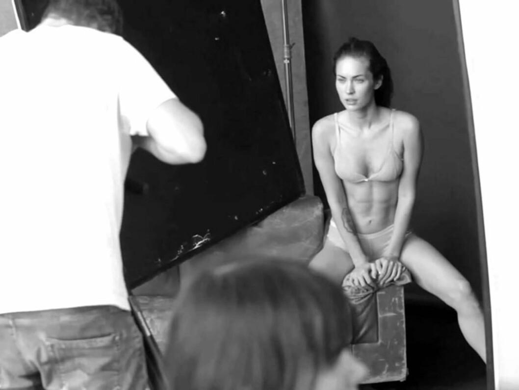 <strong>SJEKK MAGEMUSKLENE:</strong> Megan Fox viste at hun ofte trener magemusklene da hun stilte opp på en fotoshoot for Armanis nye undertøyskolleksjon. Foto: Stella Pictures