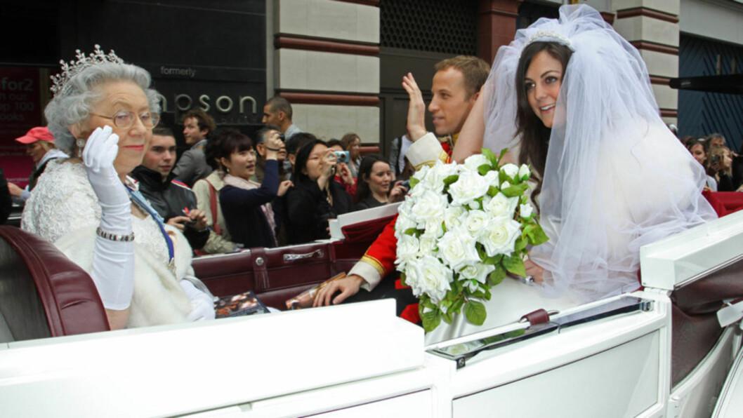 FULL FURORE: Tre «lookalikes», som forestilte prins William, Kate Middleton og dronning Elizabeth skpate oppstyr i London  fredag 1. april. «Bryllupsfølget» var et stunt for å promotere en ny satirisk bok om det nært forestående bryllupet...  Foto: All Over Press