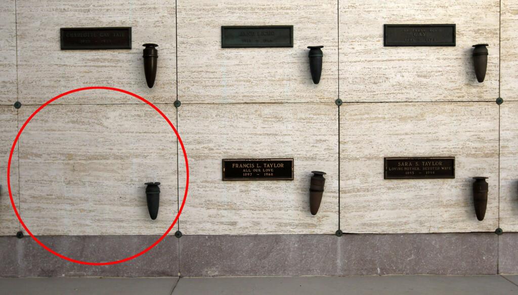 VED FORELDRENE: Elizabeth Taylors siste hvilested skal angivelig bli her, sammen med foreldrene Francis og Sara Taylor. Plassen ved Taylors far, er som man ser på bildet ledig.  Foto: All Over Press