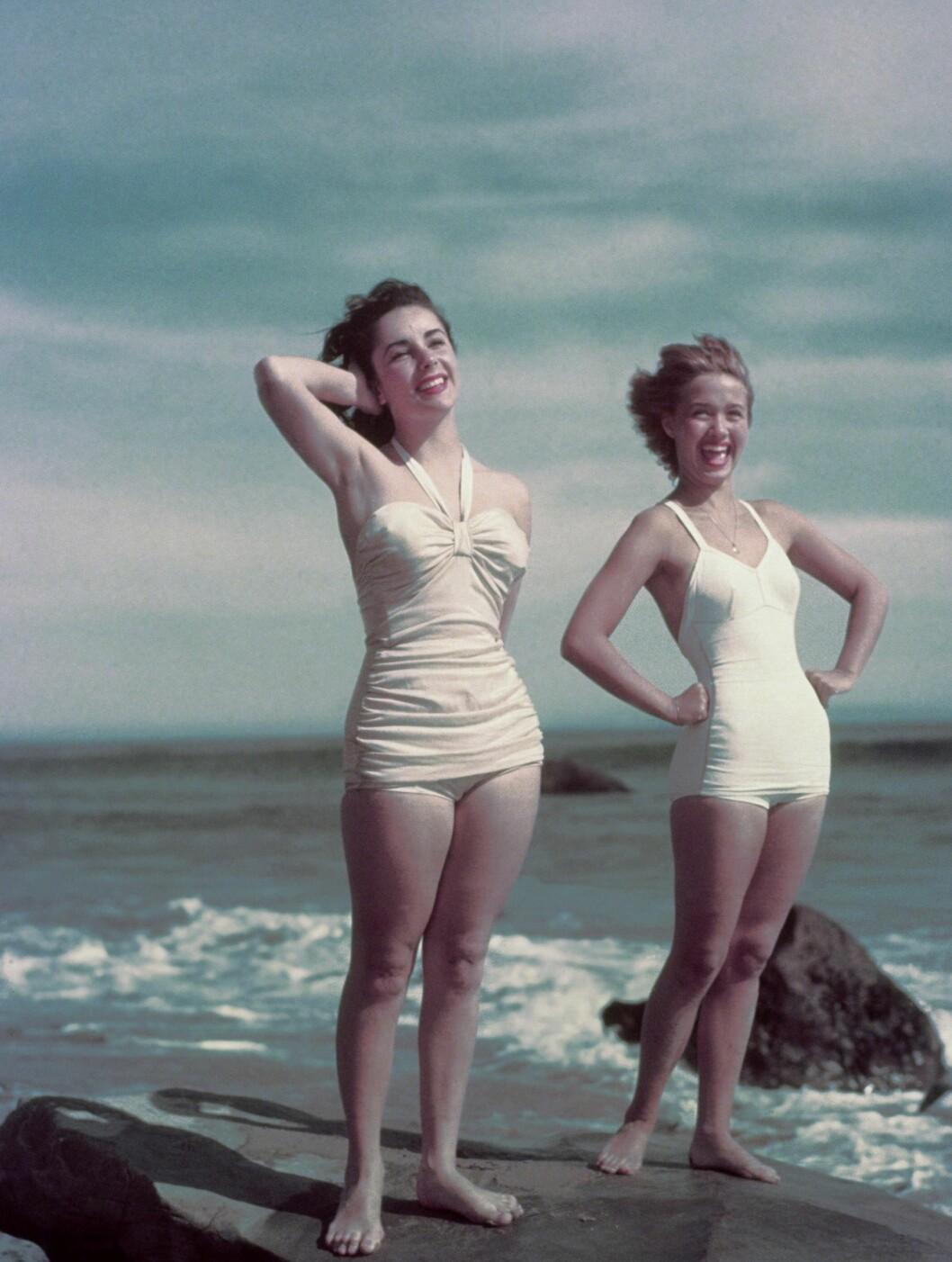 <strong>1948:</strong> Elizabeth Taylor i badetøy sammen med Jane Powell.  Foto: Stella Pictures