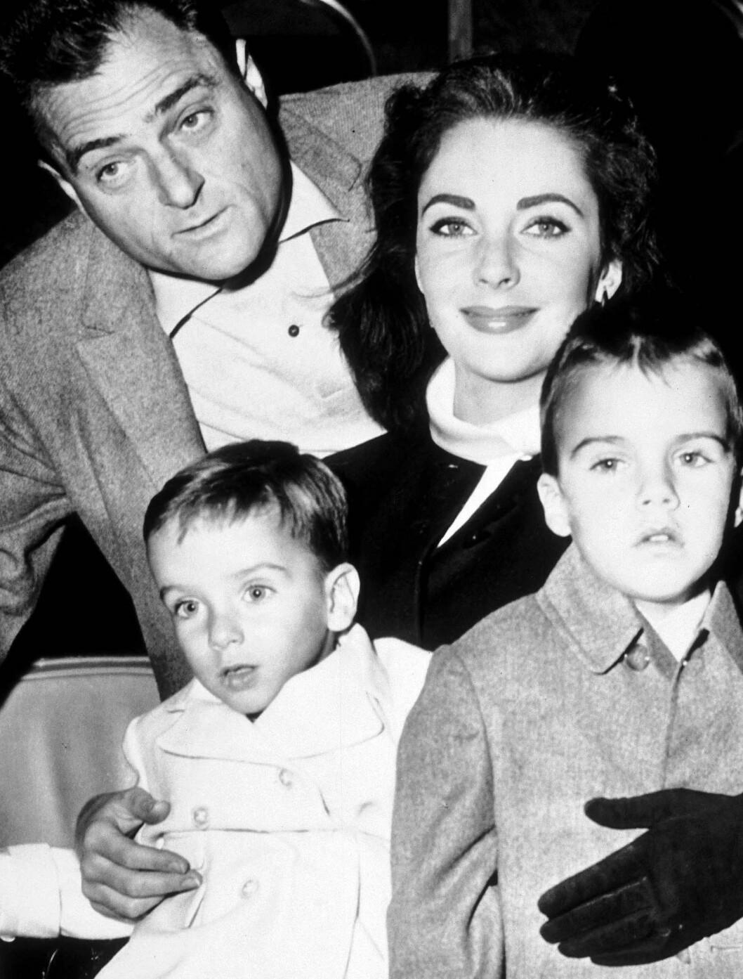 <strong>1957/1958:</strong> Elizabeth Taylor sammen med sin tredje ektemann Mike Todd og sønnene Christopher og Michael Wilding Jr. De to var gift fra 1957 til 1958. Foto: Stella Pictures