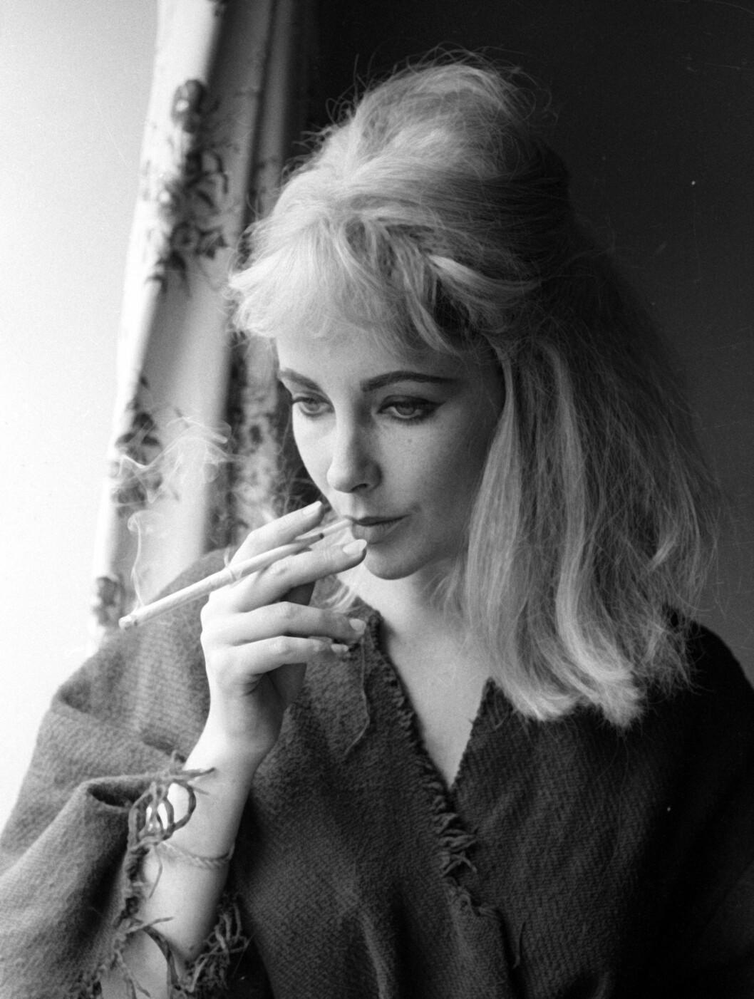 <strong>1963:</strong> Elizabeth Taylo med en sigarett på 60-tallet.  Foto: All Over Press