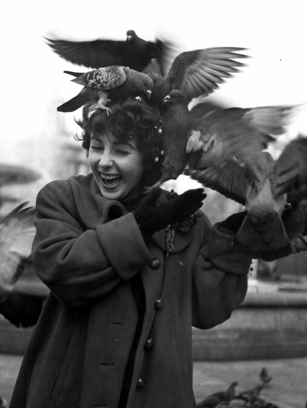 <strong>1948:</strong> Elizabeth Taylor mater duene ved Trafalgar Square i London.  Foto: All Over Press