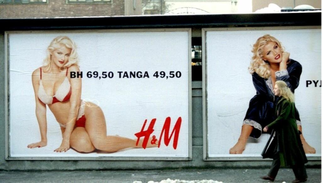 TRAFIKKFARE?: H&M -reklamene med den nå avdøde modellen Anna Nicole Smith ble i 1993 anklaget for å true trafikksikkerheten, da de ble lansert i Norge. Foto: SCANPIX