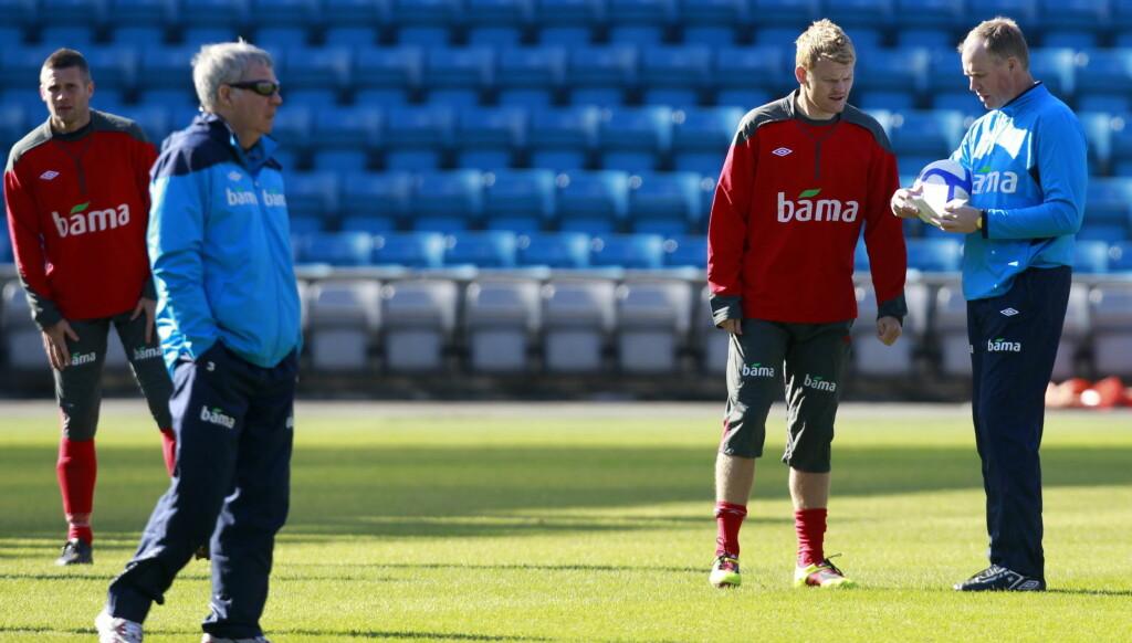 LADER OPP: Egil Olsen og den norske fotball-landslaget møter Danmark til EM-kvalik lørdag. Dagen før dagen kommer en sjokknyhet rundt landslagssjefen som har vært holdt skjult i 25 år. Foto: Scanpix
