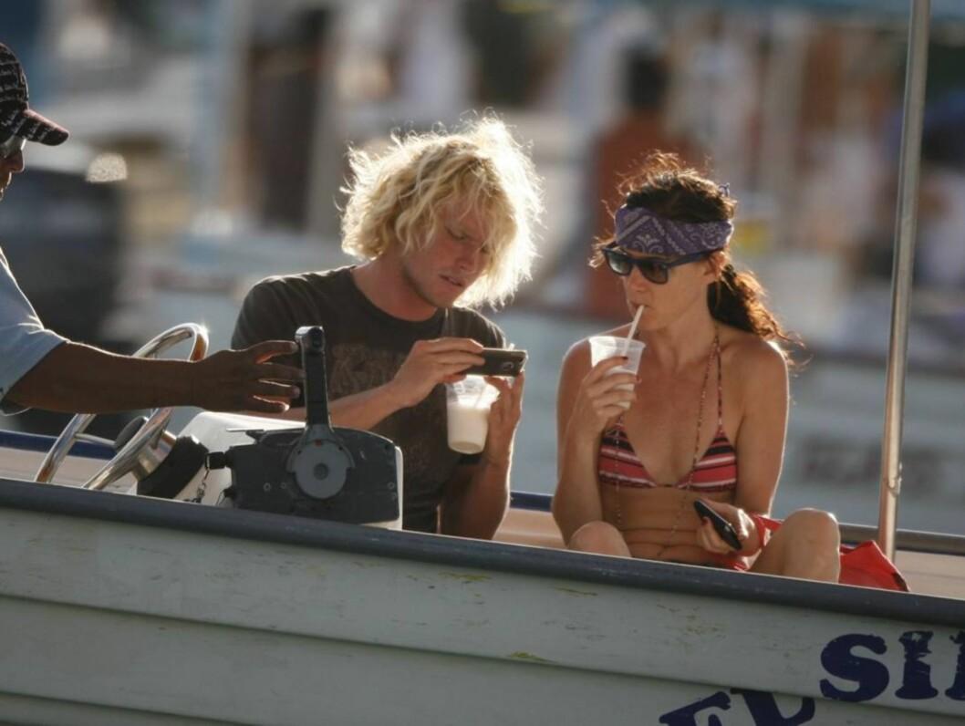 <strong>NYTT PAR?:</strong> Juliette Lewis fulgte nøye med da hennes nye venn viste fram bilder på sin mobiltelefon. Foto: Stella Pictures